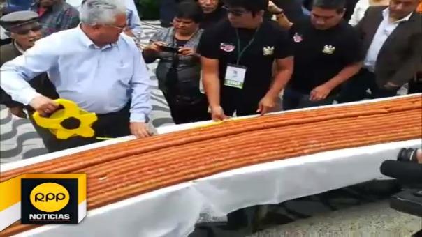 A diferencia de año pasado, esta vez la salchicha huachana midió unos mil 316 metros de largo.