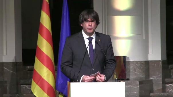 El expresidente de la Generalitat catalana, Carles Puigdemont, interviene durante el acto que 200 alcaldes independentistas han celebrado en Bruselas.