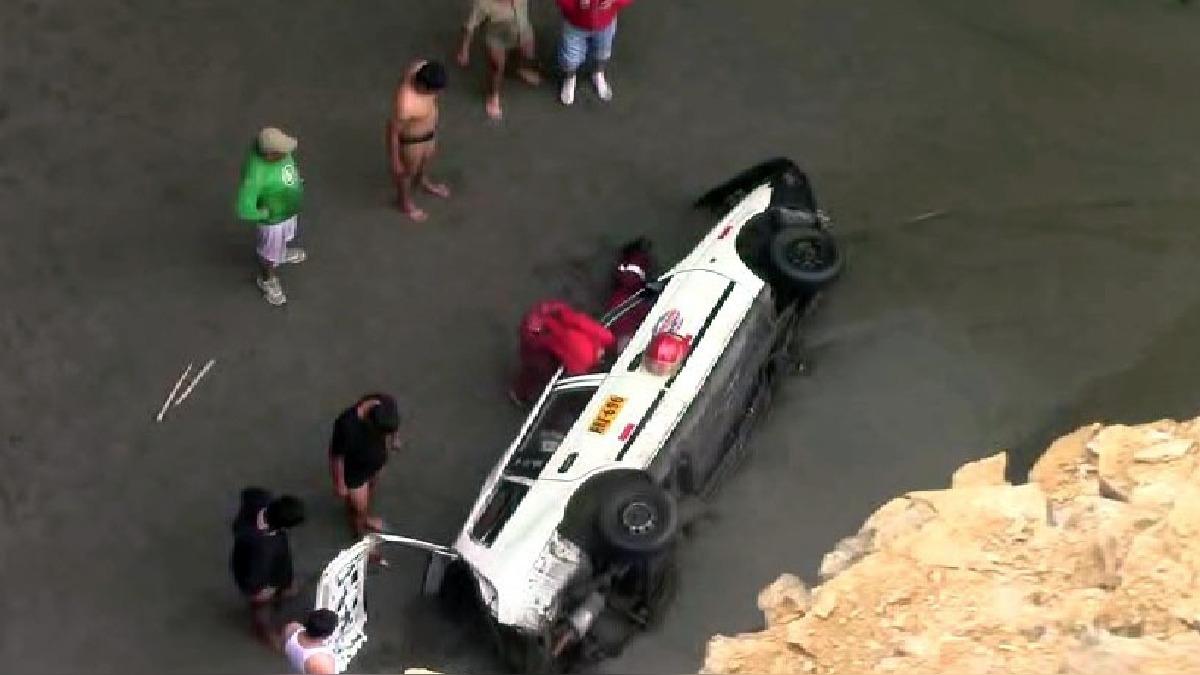 Un automóvil station wagon de color blancose desbarrancó muy cerca a la playa Los Viños.