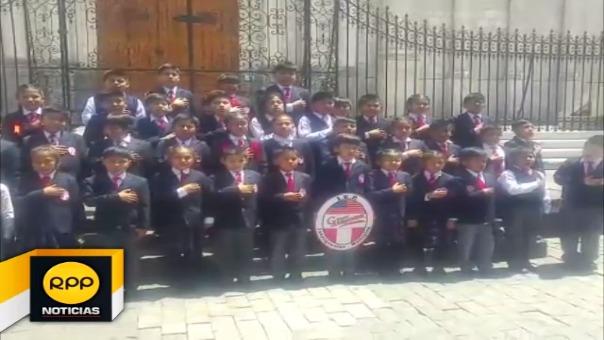 Niños cantando en quechua en la Plaza de Armas.