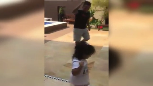 Tras ver un video donde el seleccionado nacional baila la contradanza con su hija, al creador de la letra se le ocurrió ponerle letra a la melodía tradicional de su tierra y así nació el tema.