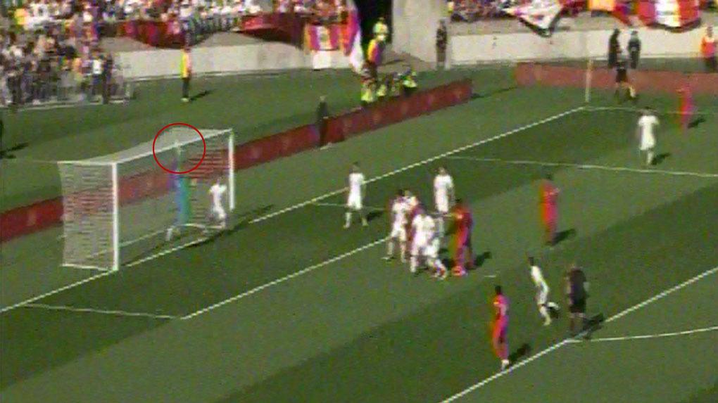 Aldo Corzo se sumó al ataque y estuvo cerca de poner el primer gol peruano.