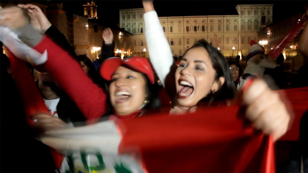 Decenas de peruanos se juntaron ene Torino y otras partes del mundo para alentar a la 'Blanquirroja'.