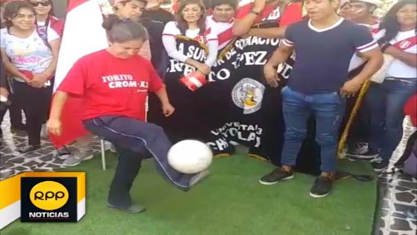 Humilde mujer domina el balón como los grandesJackie volvió a sorprender a todos por su talento con el balónHenry Urpeque Neciosup