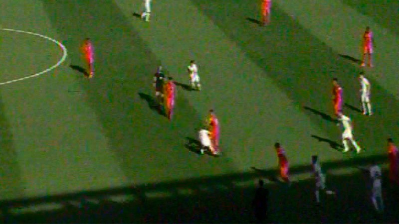 La patada del neozelandés Michael McGlinchey fue realizada muy cerca del árbitro, que solo amonestó con tarjeta amarilla.