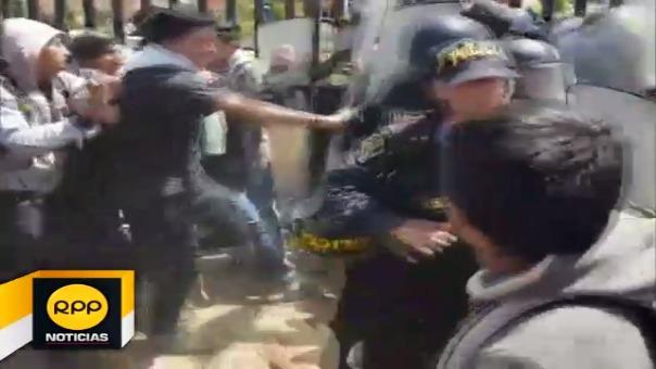 Los estudiantes fueron repelidos violentamente por los agentes del orden.