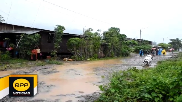 Mientras que viviendas se vieron afectadas, la vía de comunicación que une Tingo María - Aguaytía se vio interrumpida por deslizamiento.