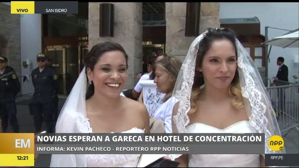Una de las cábalas de Ricardo Gareca es tomarse una foto con novias.