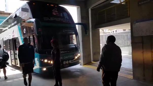 Revisa el momento en el que los jugadores de Nueva Zelanda bajan del bus que había impactado con el concreto del Estadio Nacional.