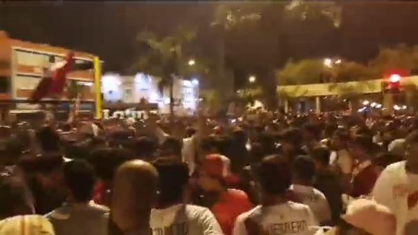 Cientos de hinchas de la Blanquirroja se reunieron en el parque Kennedy de Miraflores tras el triunfo de Perú.