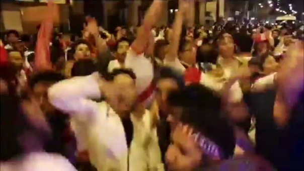 Los hinchas cantaron temas peruanos clásicos y conocidas arengas a la Selección Peruana.