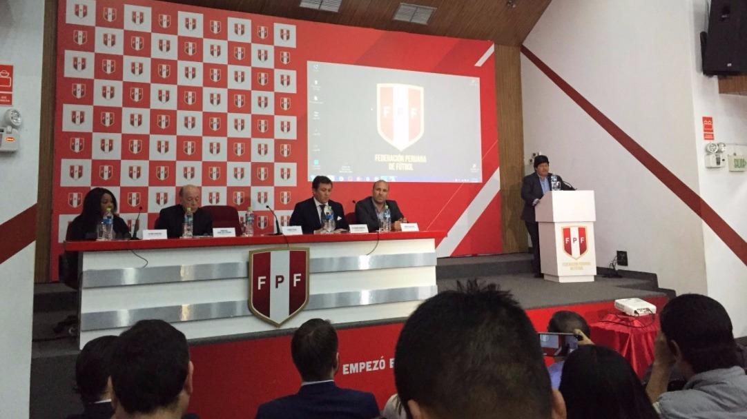 Edwin Oviedo en conferencia de prensa en la Videna.