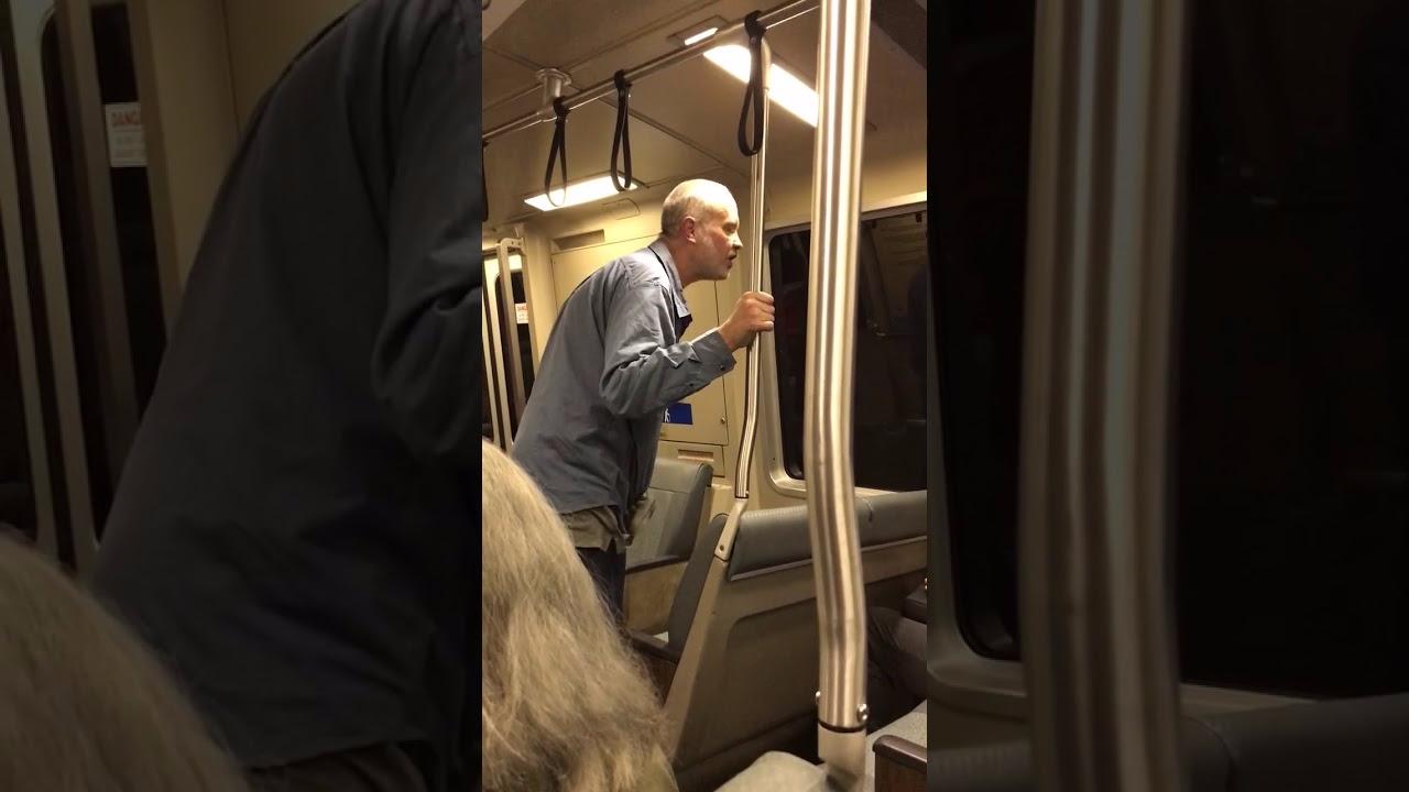 Un sujeto de más de 60 años insulta y ataca a un ciudadano de rasgos asiáticos.