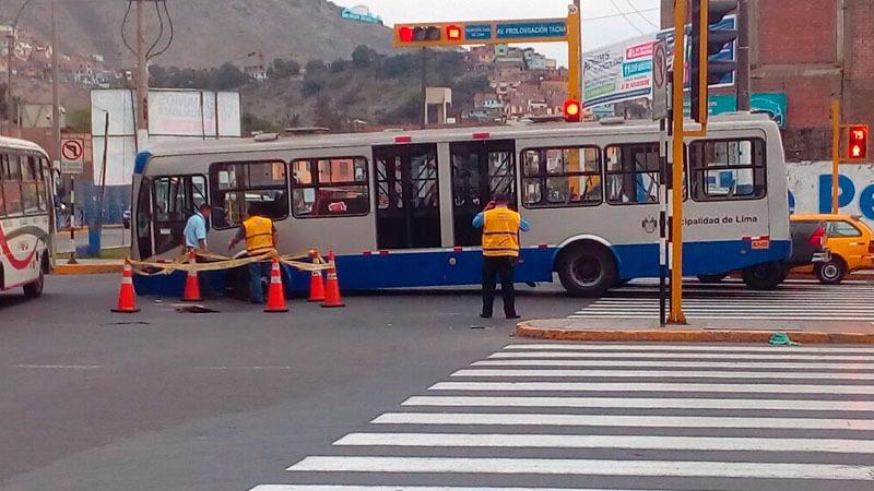 El bus tuvo que ser remolcado por una grúa para que no impida el flujo vehicular.