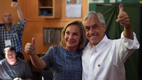 Sebastian Piñera junto a su esposa Cecilia Morel tras votar.