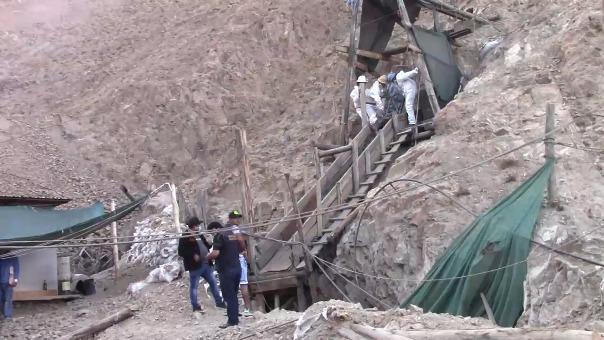 El ultimo lunes los trabajadores que realizaban el rescate ubicaron el cuerpo del joven en un socavón; pero fue la tarde del martes que recién lo rescataron.