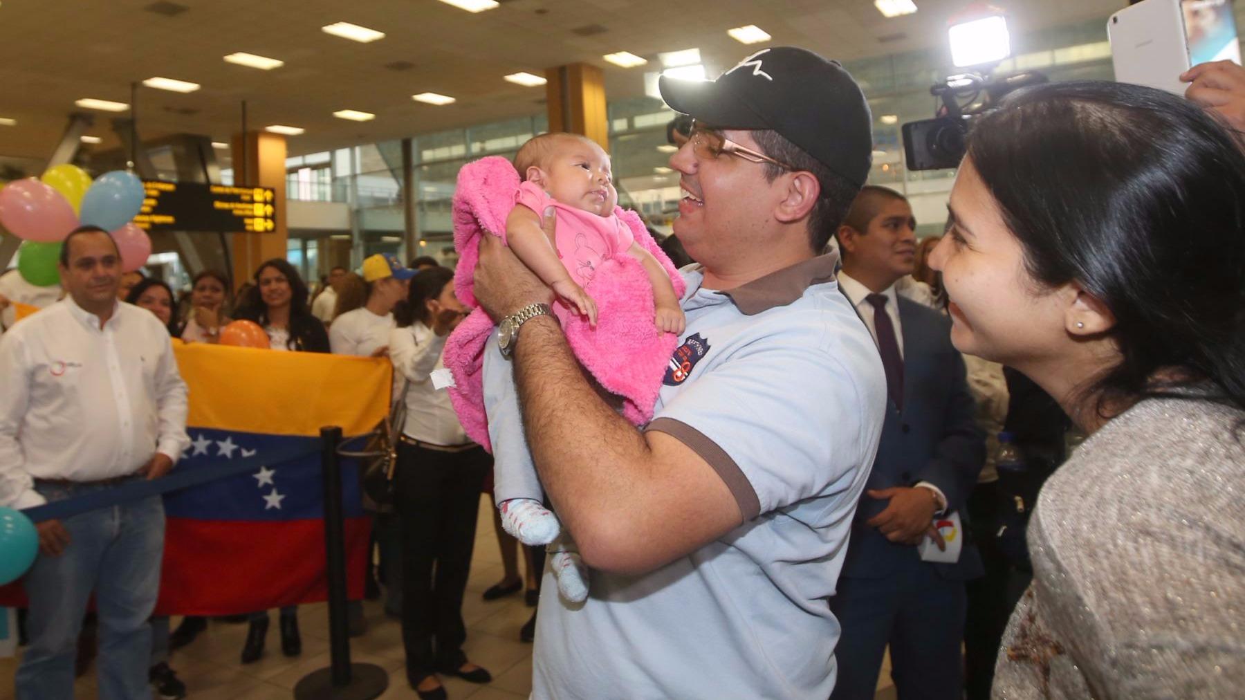 Un ciudadano venezolano que emigró a Lima hace ocho meses se encuentra con su niña de dos meses de nacida a quien no conocía.