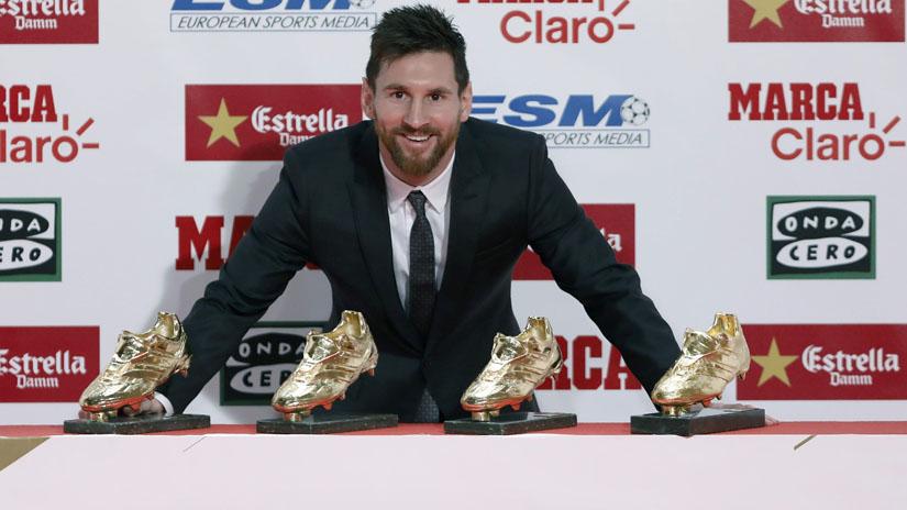 Messi posaba ante la prensa gráfica con sus cuatro Botas de Oro, las mismas que tiene el delantero portugués del Real Madrid Cristiano Ronaldo.