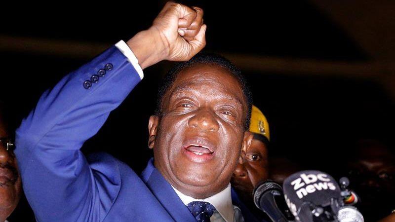Emmerson Mnangagwa prometió que servirá al país y a su Constitución.