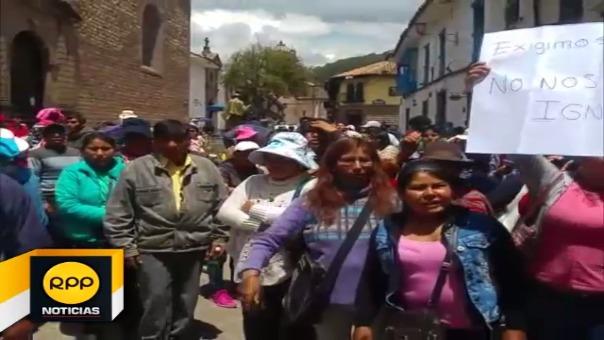 Padres de familia realizaron plantón exigiendo  las autoridades poner orden en la institución por actos en desmedro de escolares.