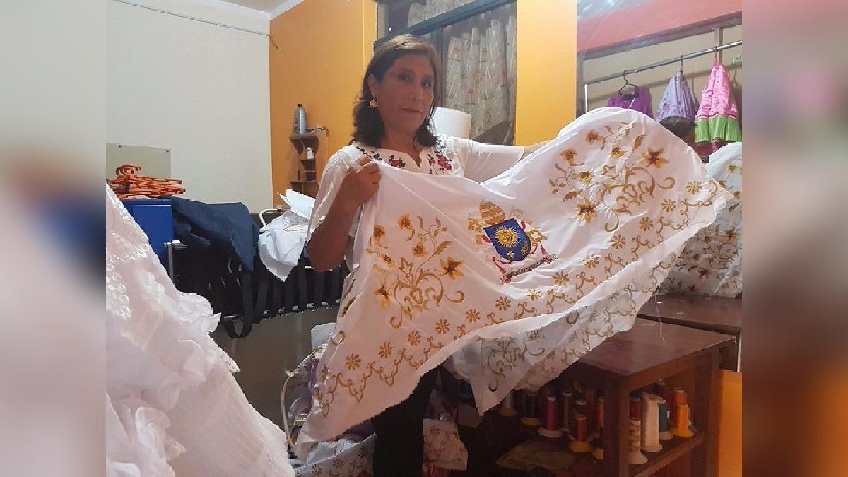 Elena Basilio es la encargada de confeccionar estos trajes.
