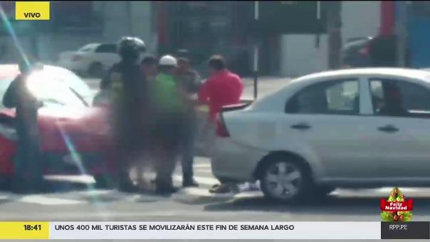 Las imágenes son contundentes. Se observa cómo es que el hombre golpea a la policía de tránsito.