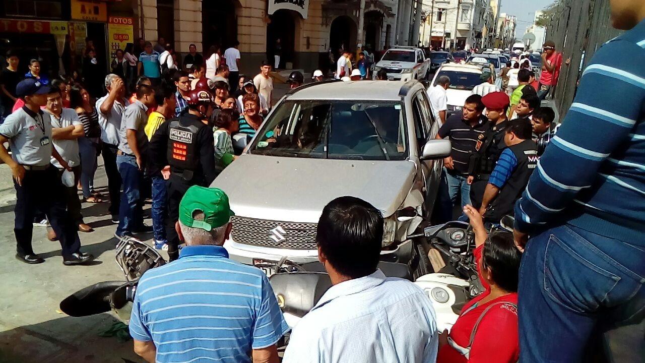 El vehículo causante del accidente impactó contra un automóvil, y ello motivó que las unidades que se hallaban en la parte delantera, también chocaran.