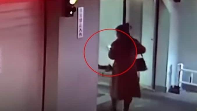 La mujer quedó atrapada en una plataforma de un estacionamiento.