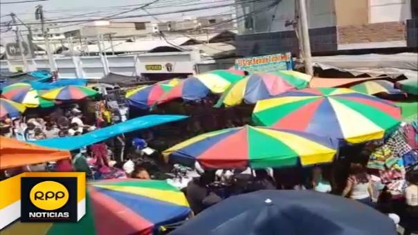 Personas peligran ante un eventual siniestro debido a que la vía fue invadida por comerciantes ambulantes.