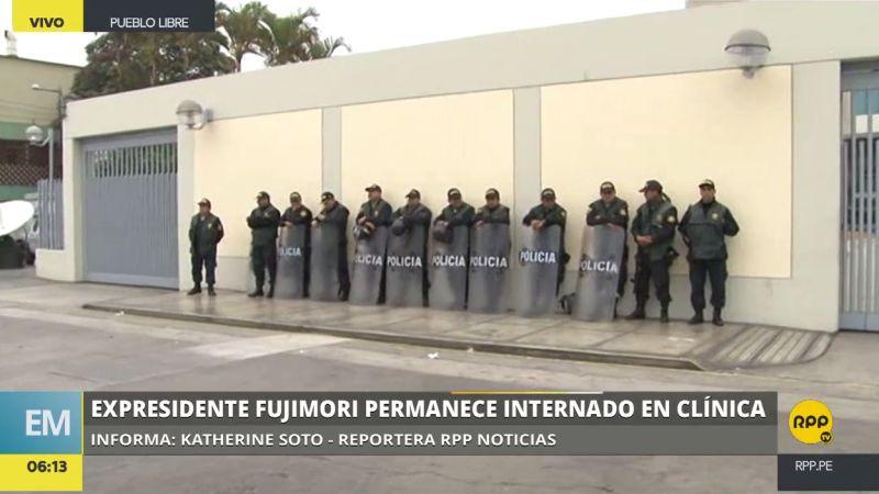 Decenas de policías resguardan la clínica donde está internado Alberto Fujimori.