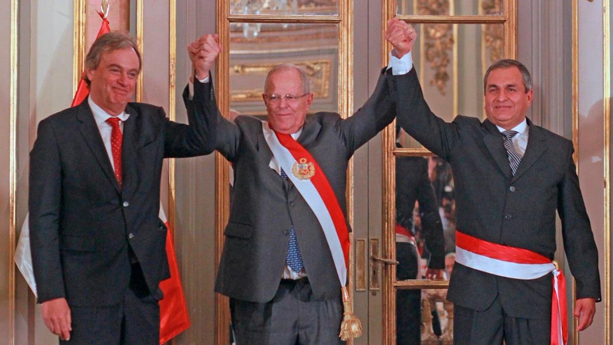 PPK tomó el juramento de Vicente Romero (derecha), su segundo ministro del Interior. El primero, Carlos Basombrío (derecha), estuvo en la ceremonia.