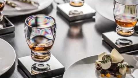 Levitating Cup es un proyecto que vio la luz hace un año y que comercializa el primer vaso que 'levita' gracias a una suspensión electromagnética.