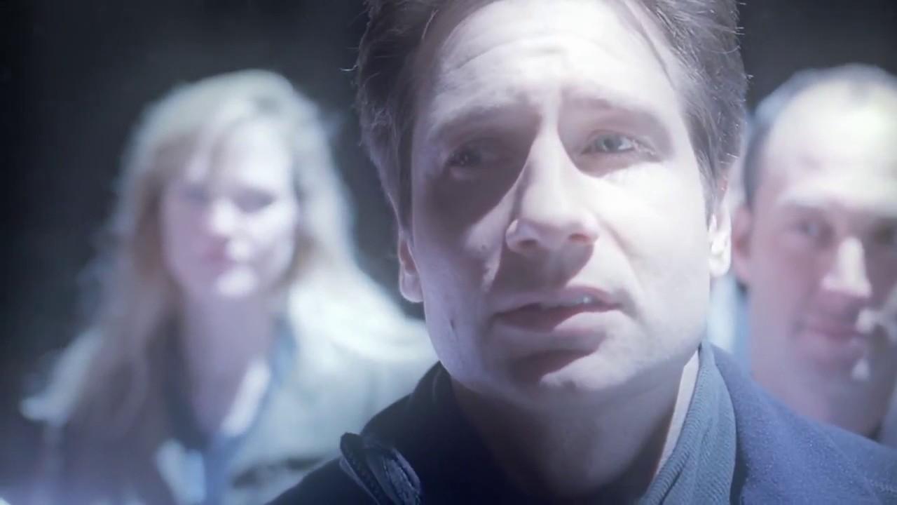 Mulder es abducido por extraterrestres.