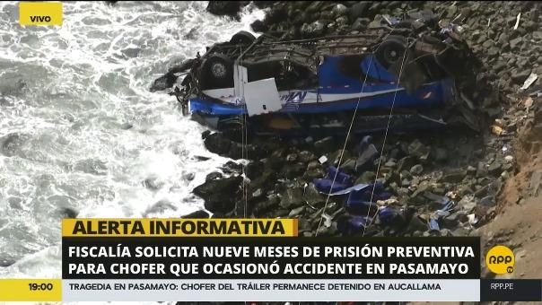 El tráiler chocó por la parte frontal con el bus de la empresa San Martín de Porres. Esto originó que el último se desbarranque.