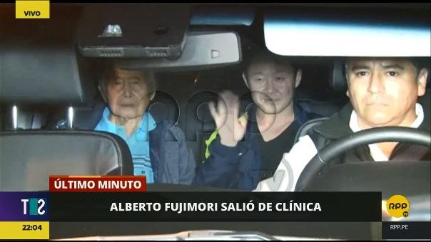 Alberto Fujimori y su hijo Kenji en la camioneta que los recogió de la clínica.