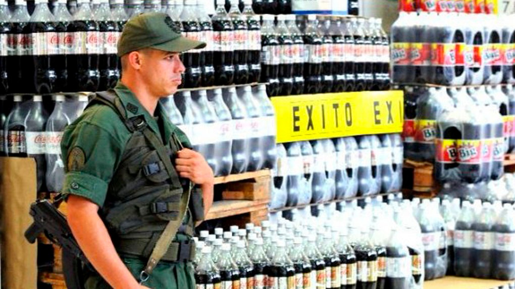 Varios supermercados contaron con la custodia de agentes de la Guardia Nacional Bolivariana (GNB).