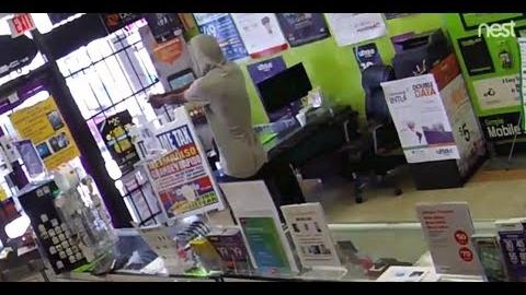 El delincuente, identificado como John Bell (22), entró en el establecimiento y exigió que abrieran la caja registradora.