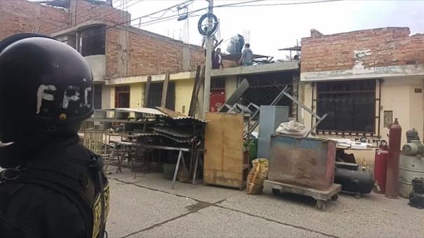 La seguridad policial se desplegó alrededor de una cuadra a la redonda de la vivienda de la familia Flores, para evitar actos de violencia.