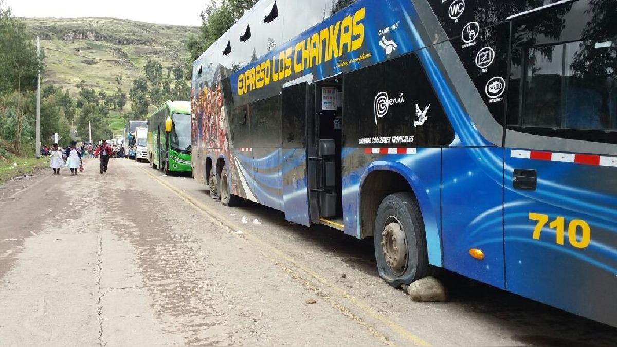 Buses varados en vía Los Libertadores (Ayacucho). Manifestantes pincharon las llantas de algunos vehículos.