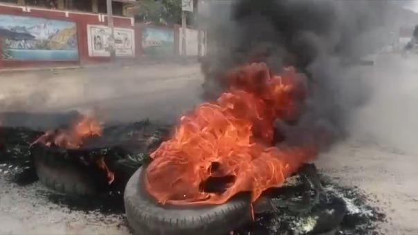 Agricultores de Huánuco quemaron llantas para bloquear vías.