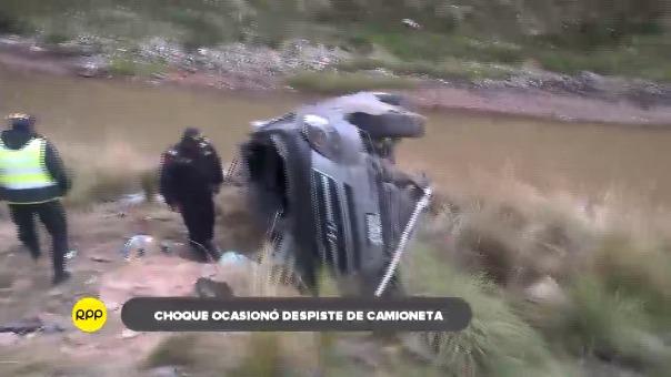 El impacto con el otro vehículo habría provocado que el auto cayera al afluente