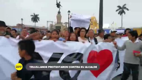 Manifestantes cuestionan la remodelación de la plaza de armas.