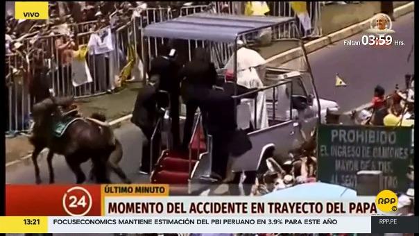El momento en el que la carabinera cae y el Papa detiene su vehículo para ayudarla.
