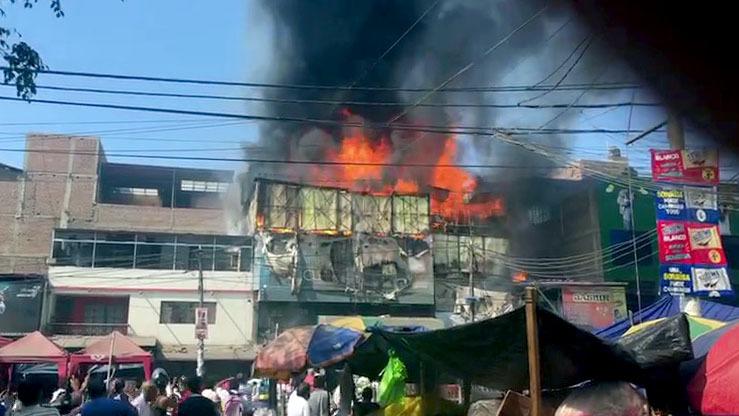 Bomberos intentan controlar el fuego.