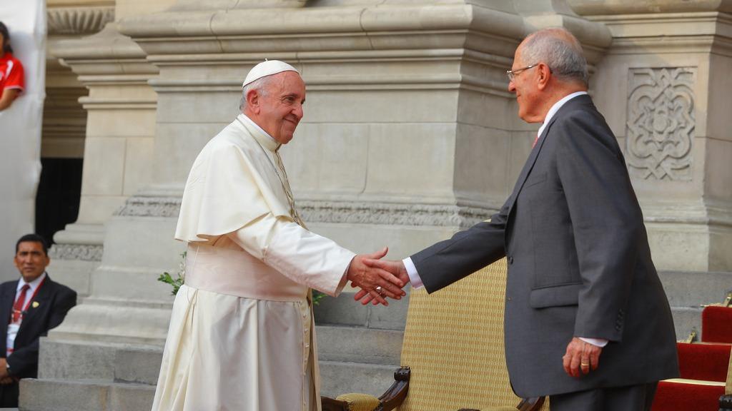 Pedro Pablo Kuczynski (PPK) junto al papa Francisco en el patio de Palacio de Gobierno.