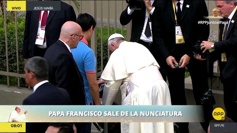 El papa Francisco se acercó a la niña, se agachó besarla y le dio su bendición.