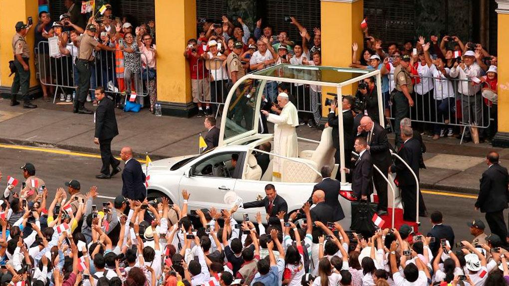 El papa Francisco recorrió la Plaza de Armas de Lima.