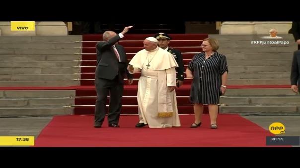 El momento en el que el papa Francisco abandona Palacio de Gobierno tras reunirse con PPK.