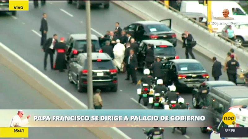 La comitiva de seguridad del papa se desplegó rápidamente para que el papa lograra cambiar de auto.