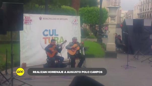 La actividad se cumple en la Plaza de Armas de la ciudad, donde participan artistas de la Ciudad Blanca.